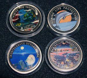 2001 Kaiserfisch Imperatorfisch und Halsband-Anemonenfisch als Hologramm vor Rifflandschaft - Mermaid - Glittering Emperor Angel Fish